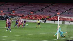 A pesar del gol 700 de MESSI,  BARÇA  se aleja del título, empatando con el Atlético de Madrid, del colombiano Santiago Arias