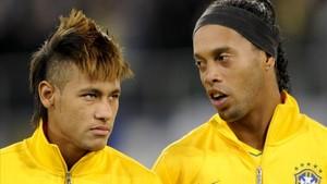Neymar y Ronaldinho, con la selección brasileña