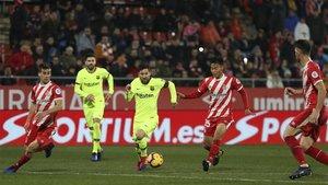 Pere Pons, Gerard Piqué, Leo Messi y Paik Seung-Ho en una acción del Girona-Barça de la Liga 2018/19