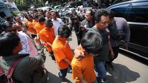 La policia indonesia escolta a los sospechosos del asesinato