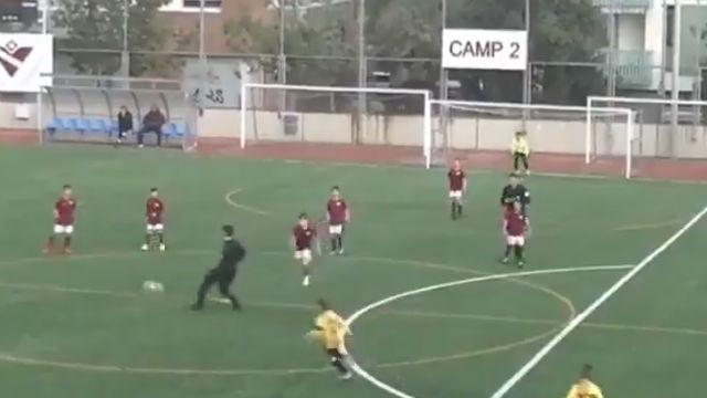 El surrealista comportamiento de un entrandor del Sant Andreu en un partido de fútbol base