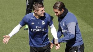 Toni Kroos y Sergio Ramos durante un entrenamiento del Real Madrid