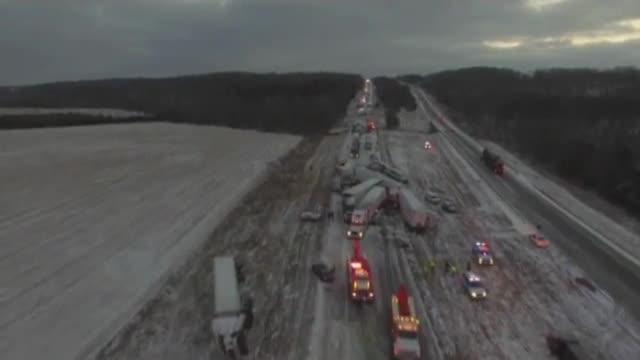 Un accidente múltiple a causa del temporal de nieve colapsa una autopista estadounidense
