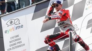 Jorge Lorenzo (Ducati) protagoniza su típico salto en el podio de Spielberg tras lograr su tercera victoria de la temporada.