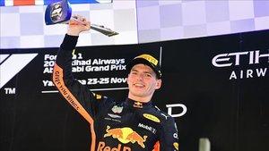 Max Verstappen celebrando el premio de Abu Dabi