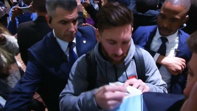Un aficionado llora cuando Messi le firma la camiseta