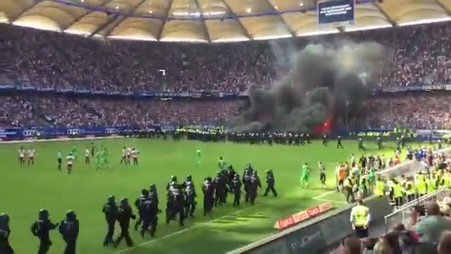 Bengalas y botes de humo en el descenso del histórico Hamburgo a segunda