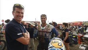 Coma, junto al piloto español.Monleon, al finalizar el Rally Dakar