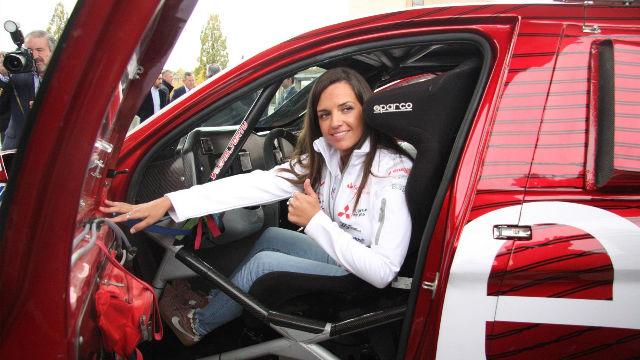 Cristina Gutiérrez presenta el Mitsubishi con el que correrá el Dakar