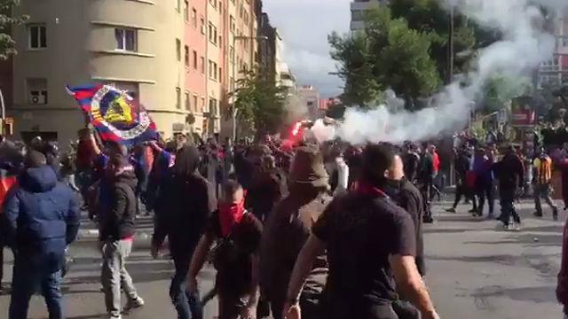 Enfrentamientos entre los Boixos Nois y la policía en los aledaños del Camp Nou