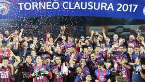 El equipo de Cerro Porteño celebra el campeonato