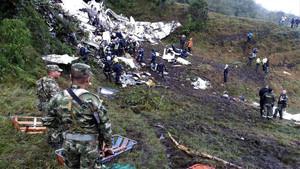 Equipos de rescate recuperan cuerpos después del accidente de avión