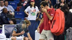 Federer, decepcionado, pasa por delante de Zverev