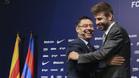 Josep Maria Bartomeu y Gerard Piqué el 29 de enero de 2018, en el anuncio oficial de la renovación de contrato del defensa por el Barça