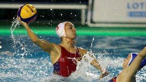 La jugadora de la selección española de waterpolo Anna Espar (i) y la de la selección de Rusia Maria Bersneva (d) durante el partido de la Liga Mundial que han disputado este martes en Las Palmas de Gran Canaria