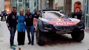 Sainz y Cruz, con Cristina Cifuentes y el Peugeot ganador del Dakar