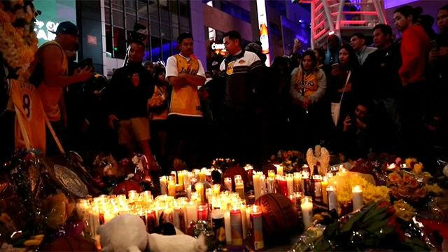 Seguidores de Bryant instalan altares con flores y velas afuera del Stapes Center