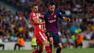 Sergio Busquets disputa un balón con Cristhian Stuani