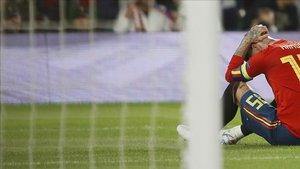 Sergio Ramos lamenta un error que le costó un gol a España en la derrota contra Inglaterra (2-3)