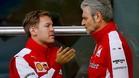 Vettel y Arrivabene conversan en el paddock