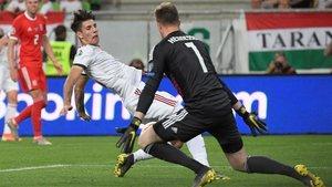 Wayne Hennessey (derecha) atrapa el balón ante Dominik Szoboszlai en el Hungría-Gales de la fase de clasificación de la Eurocopa 2020