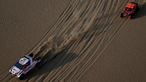 Un coche y un buggie en la segunda etapa del Dakar