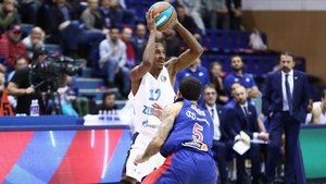 Alex Renfroe ataca a Mike James en el CSKA-Zenit con Plaza al fondo