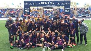 El Cadete A del Barça, con el título de campeón