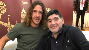 Carles Puyol y Diego Armando Maradona en la previa del sorteo del Mundial de Rusia 2018