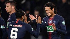 Cavani celebra con Dani Alves el 1-0