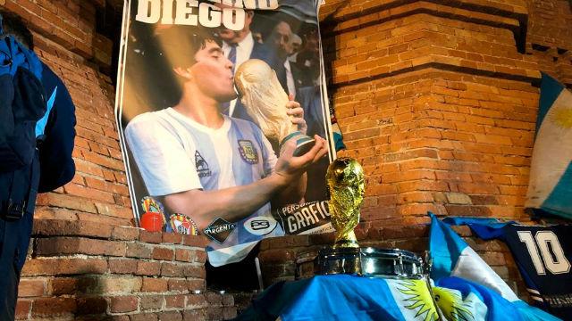 Concentración argentina en Barcelona para despedir a Maradona