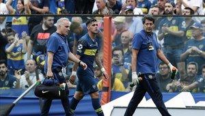 Cristian Pavón sale lesionado durante un partido