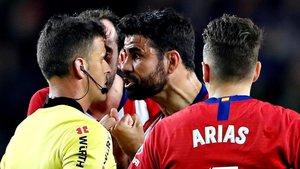 Discusión entre Gil Manzano y Diego Costa, que acaba con la expulsión del jugador