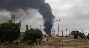 Espectacular incendio en un depósito de Repsol en Puertollano