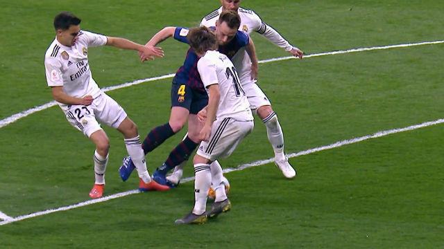 Este penalti a Rakitic pasará inadvertido... pero lo era