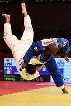 El francés Teddy Riner (R) pelea contra el japonés Kokoro Kageura durante el partido de segunda ronda de categoría de más de 100 kg masculino del Judo Grand Slam Brasilia 2019 en Brasilia, Brasil.