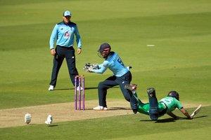 El irlandés Andy McBrine (R) se lanza al suelo, para un intento de punto, durante el primer partido internacional de un día de cricket entre Inglaterra e Irlanda en el Ageas Bowl en Southampton.
