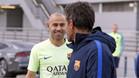 Javier Mascherano habla con Luis Enrique Martínez antes de un entrenamiento del Barça