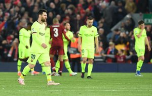 El jugador del Barcelona Lionel Messi sale del campo tras la semifinal de la UEFA Champions League, en el estadio Anfield de Liverpool (Reino Unido).