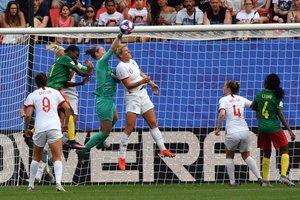 Karen Bardsley (4thL) encajona el balón frente a Alexandra Takounda (2ndL) y Millie Bright (C) durante el partido de fútbol de Francia 2019 en la Copa Mundial Femenina entre Inglaterra y Camerún, en el estadio Hainaut en Valenciennes, Francia.