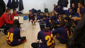 Los benjamines del Barça antes del inicio de uno de los partidos
