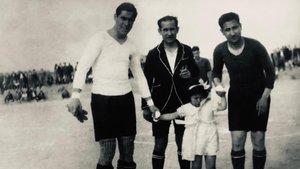 Manuel Vidal de Cárcer (izquierda), Urgellés (árbitro) y Martínez Surroca (izquierda), antes de iniciar el partido de homenaje que le dedicaron al ex azulgrana en Tàrrega