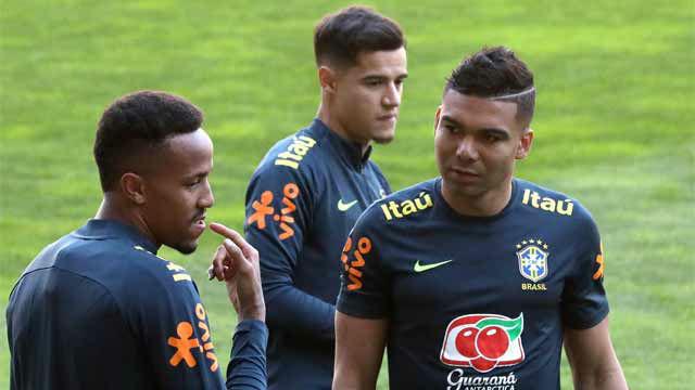 Militao, arropado por Casemiro y Coutinho en su primer entreno con Brasil