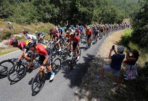 El pelotón durante la tercera etapa de la Vuelta a Burgos, con salida en Sargentes de la Lora y llegada en el Picón Blanco.