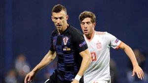 Perisic, junto a Sergi Roberto, en un lance del partido en Zagreb