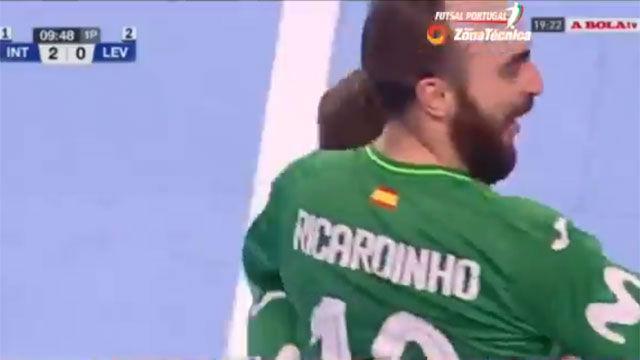 Quizá nunca habías visto algo así en una pista de fútbol sala: ¿el mejor gol de Ricardinho?