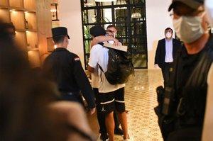 Ronaldinho recibiendo muestras de cariño a su llegada al hotel donde cumplirá arresto domiciliario