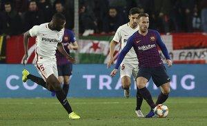 Sevilla FC, 2 - FC Barcelona, 0, Arthur Melo jugando el balón.