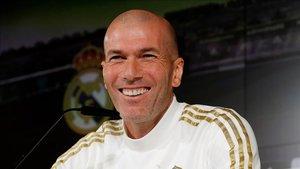 Zidane atiende a los medios en la sala de prensa