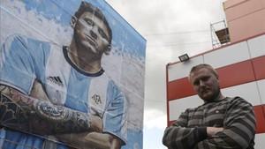 El artista callejero Sergey Erofeev junto al impresionante mural de Leo Messi